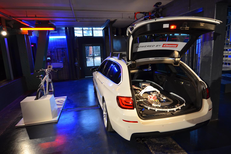 setup-carrera-rennbahn-im-fahrzeug-mit-bike-simulator