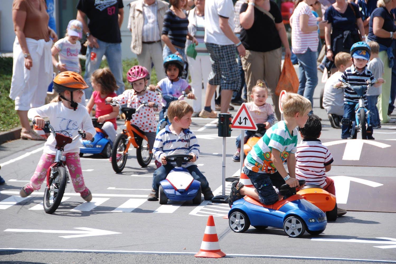 kinder-fahren-auf-bobbycar-parcours-kids-parcours