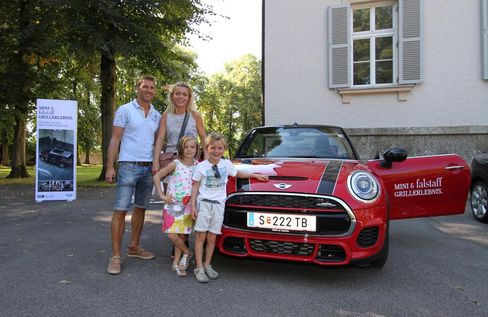 familie-vor-mini-auto