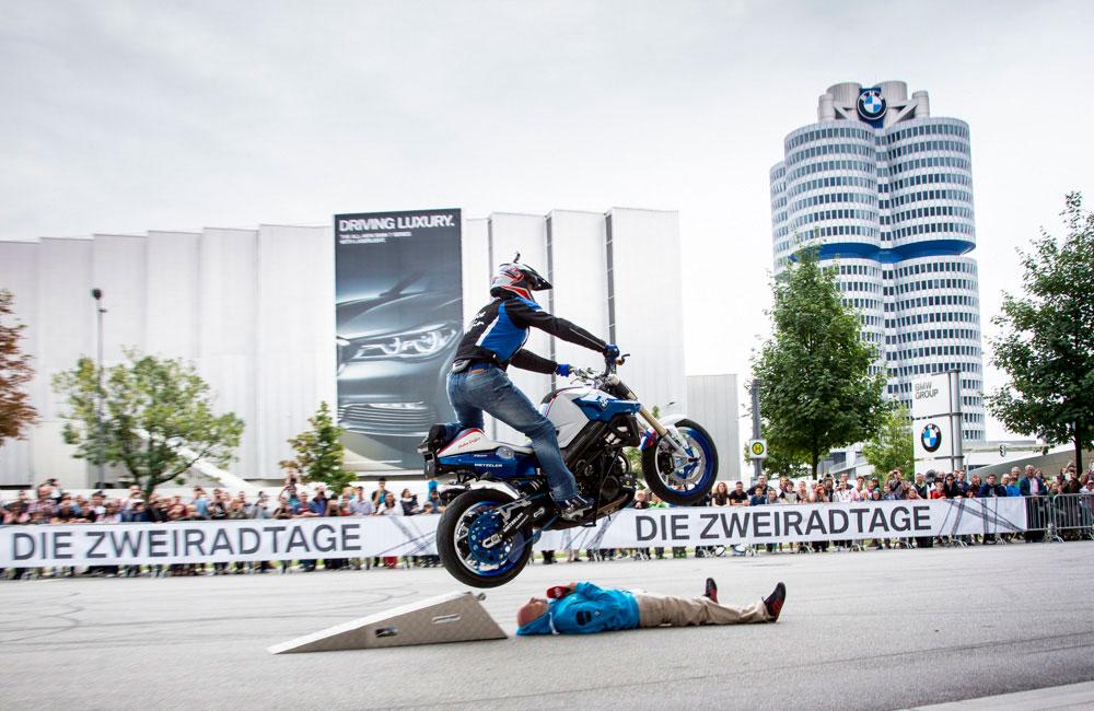 motorrad-fliegt-über-mensch-mattie-griffin