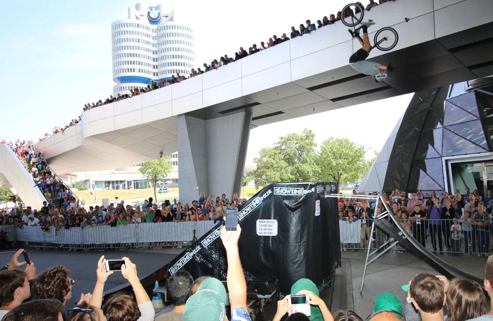 bike-show-bmw-großer-sprung-rampe