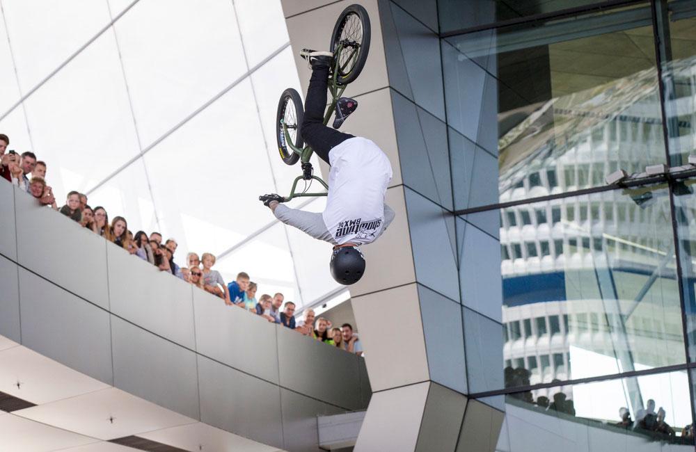 bike-show-mensch-springt-mit-fahrrad