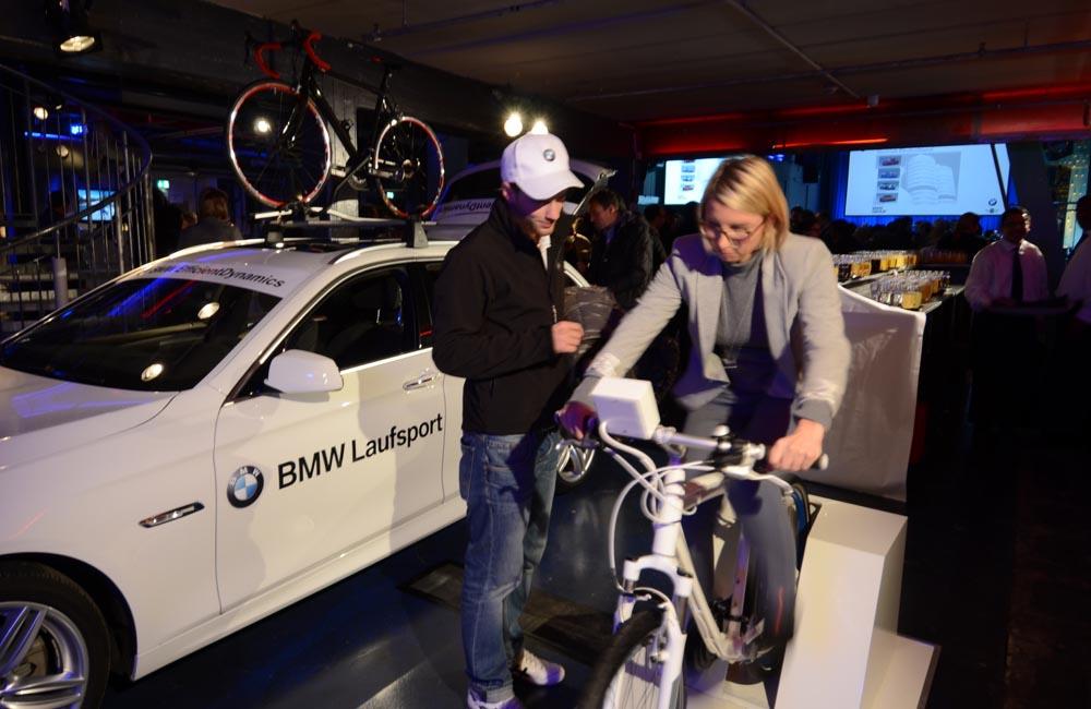 04-fahrradangetriebene-carrerabahn-bmw-im-auto-fahrer-pedale
