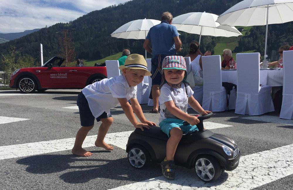 kinder-auf-baby-racer-von-kids-parcours