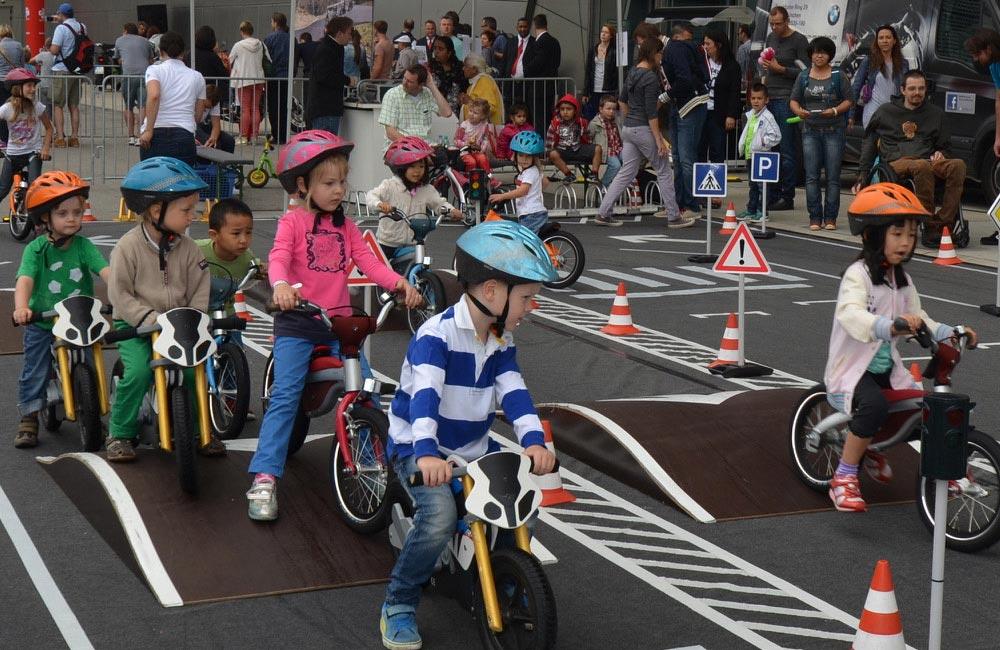 kinder-parcours-kinder-fahren-mit-bikes-ueber-huegel