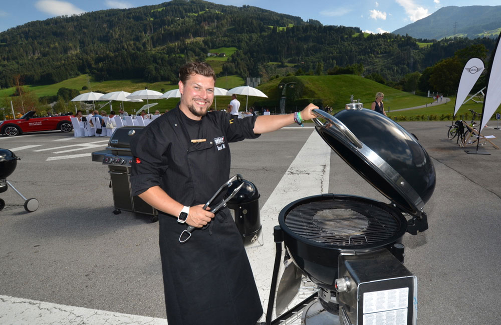 grillmeister-vor-grill-auf-event