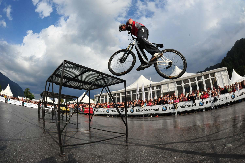 bike-trial-show-stunt-auf-hindernis-vor-zuschauern