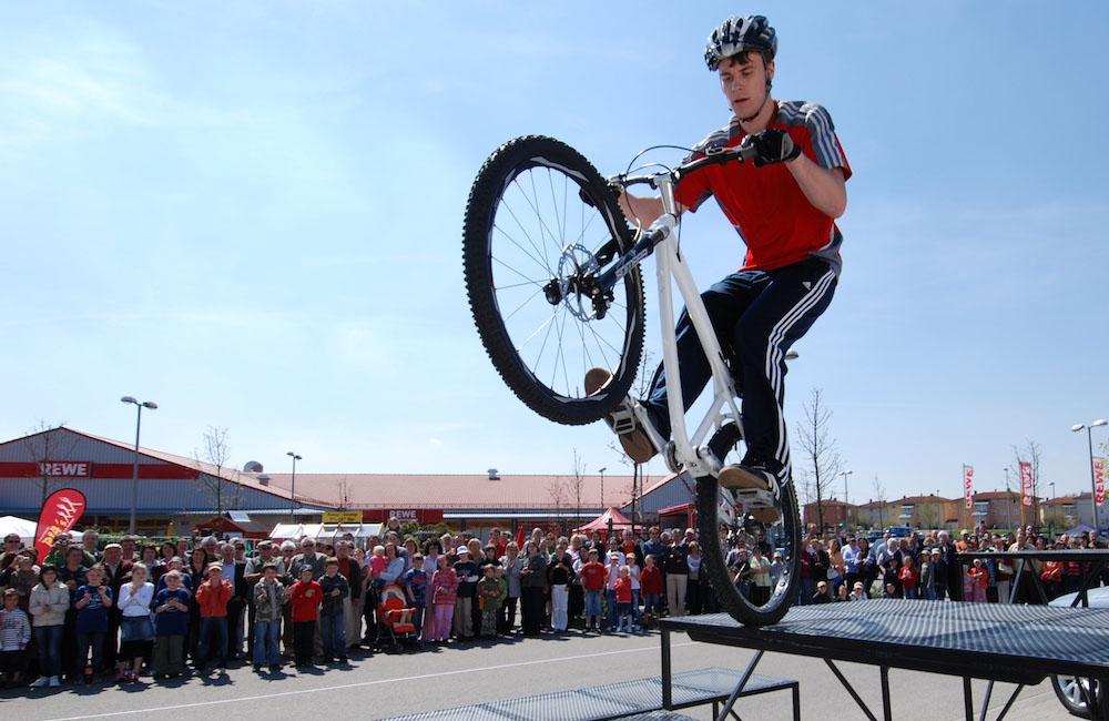 bike-show-stunt-auf-hindernis-vor-zuschauern