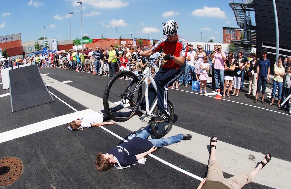 fahrrad-show-sprung-ueber-am-boden-liegende-menschen
