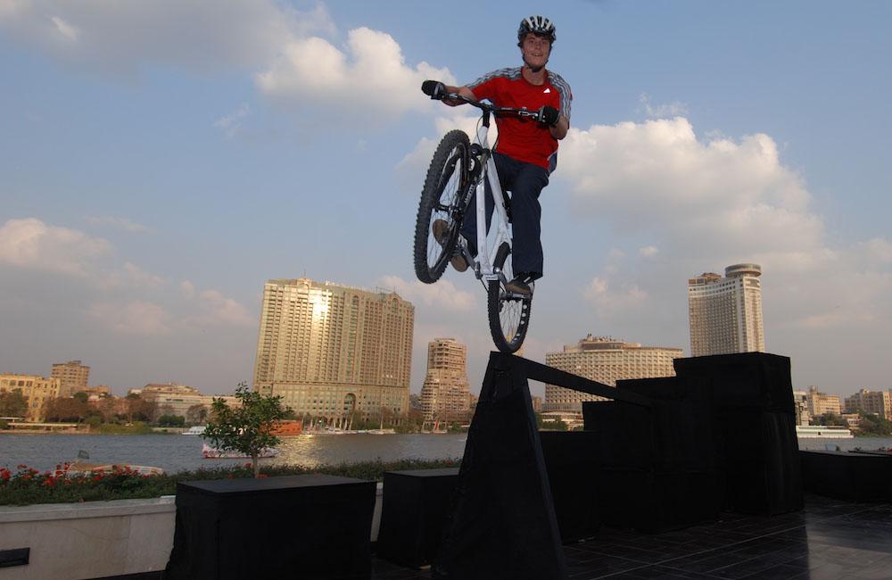 bike-fahrer-springt-mit-seinem-bike-ueber-hindernisse