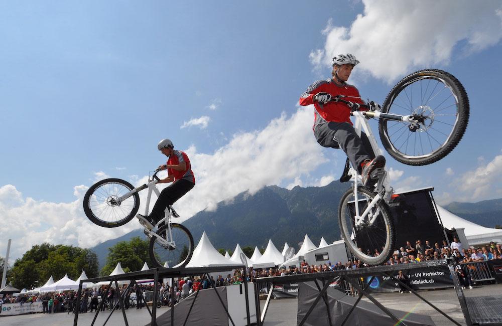 bike-trial-show-fahrer-springen-ueber-hindernisse