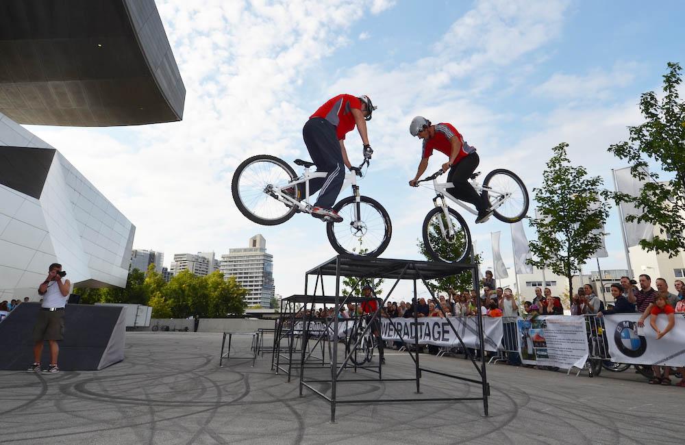 dual-bike-trial-show-auf-hindernissen-vor-bmw-welt