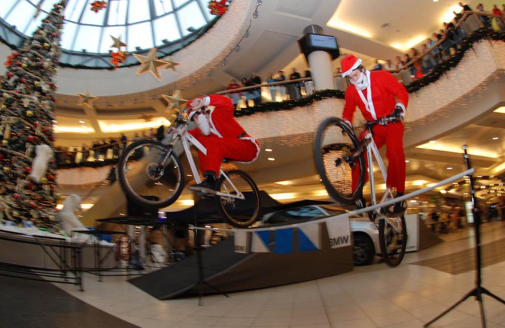 bike-trial-show-mit-weihnachtsmaennern-in-einkaufszentrum