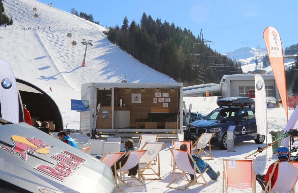 03-freeride-testival-saalbach-trailer-setup-liegestühle-skipiste-obu