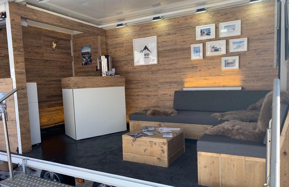 holzverkleideter-messeanhaenger-mit-couch-area-und-counter