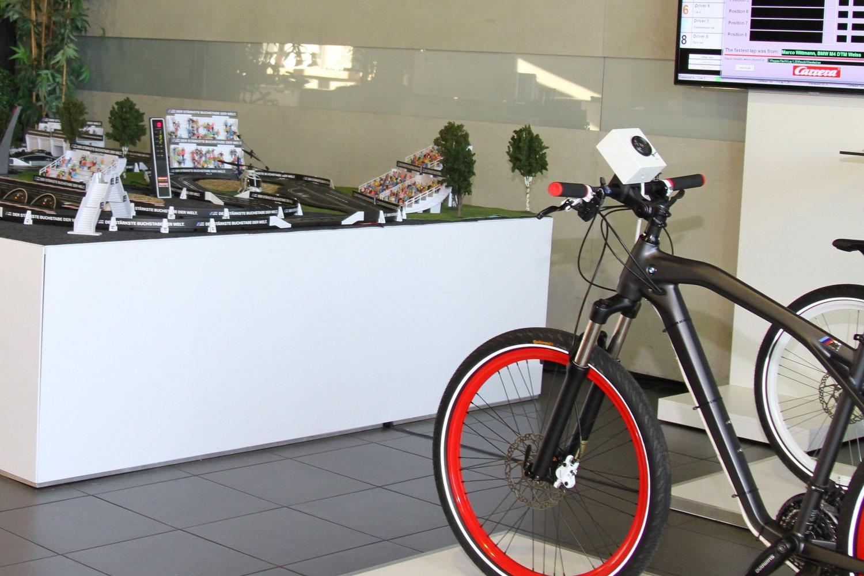 bike-steht-neben-carrerabahn