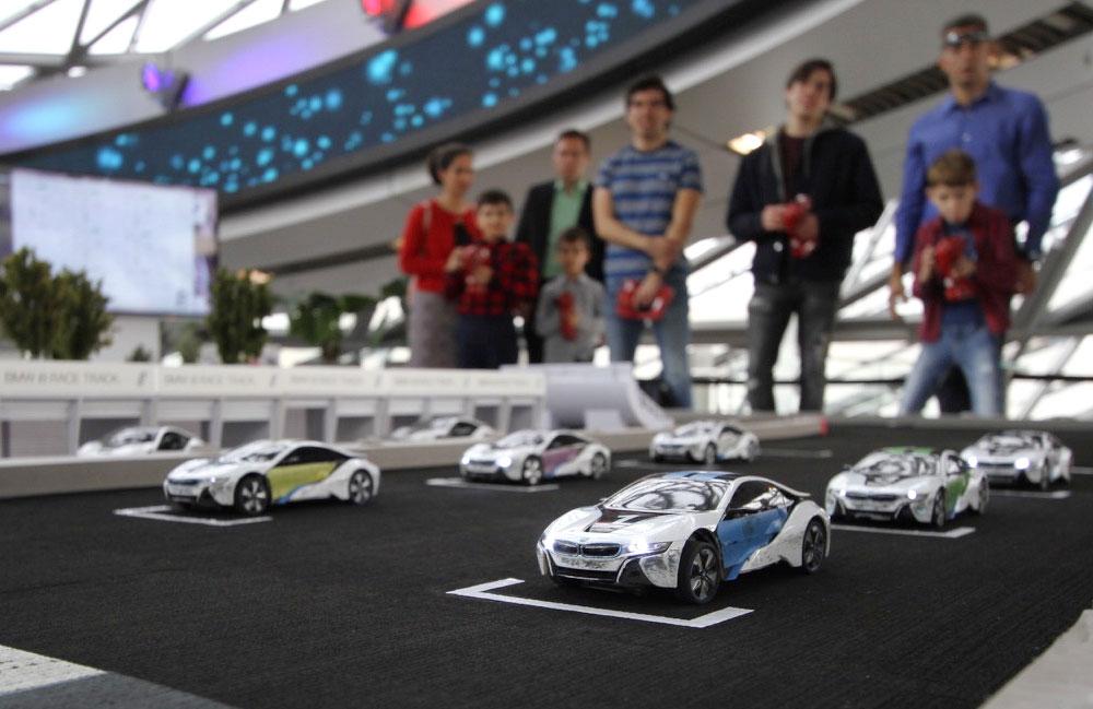 ferngesteuerte-autos-stehen-auf-der-rennbahn-bereit-zum-start