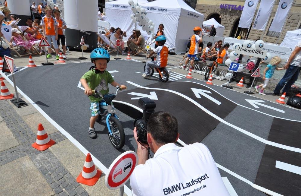 02-BMW-laufsport-kids-parcours-fahrende-kinder-verkehr-obu