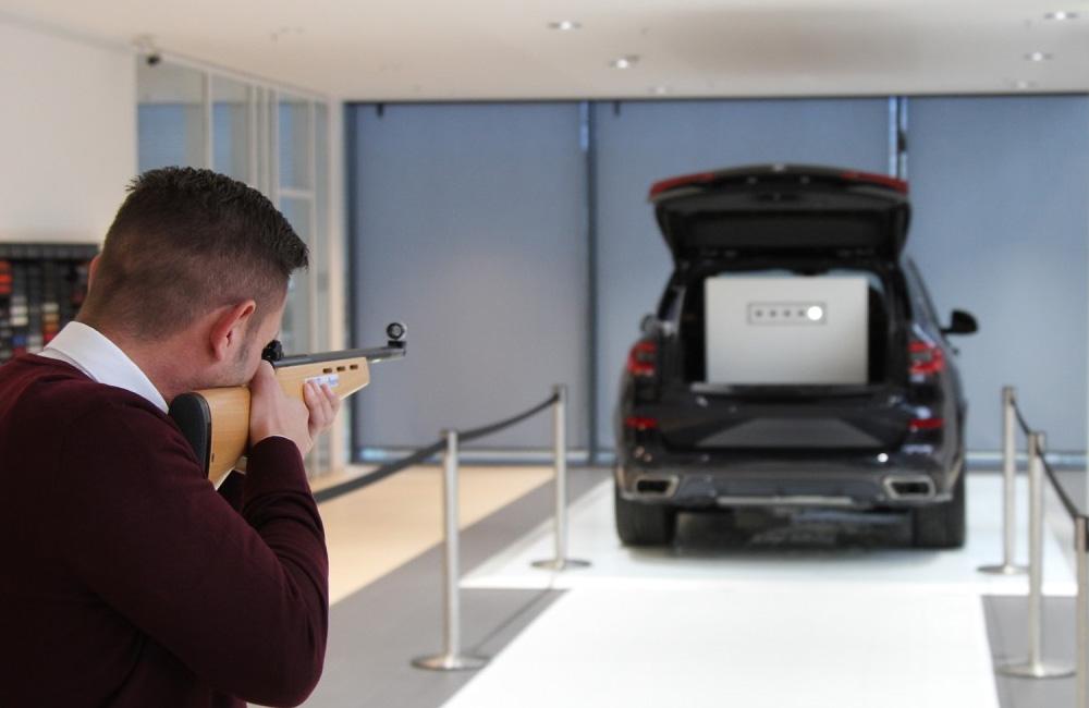 mann-schiesst-mit-lasergewehr-auf-scheiben-im-kofferraum-eines-autos