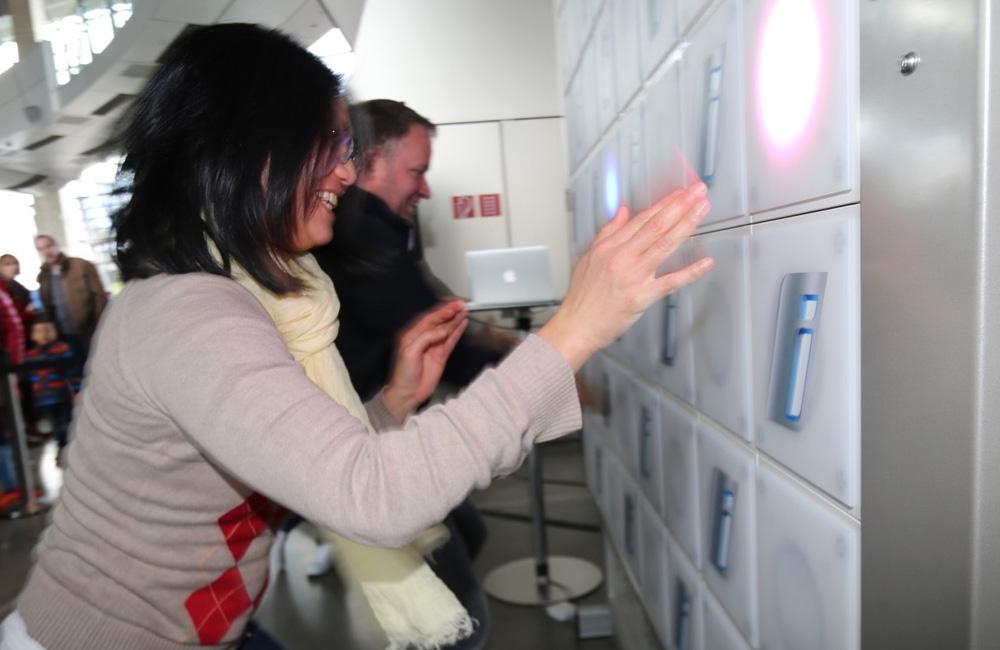 frau-spielt-an-touch-wall-und-lacht