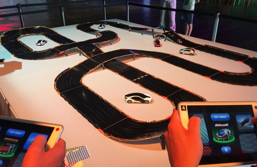 spieler-steuern-anki-overdrive-autos-mit-tablet