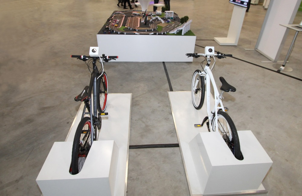 zwei-bike-simulatoren-zum-antrieb-der-carrerabahn