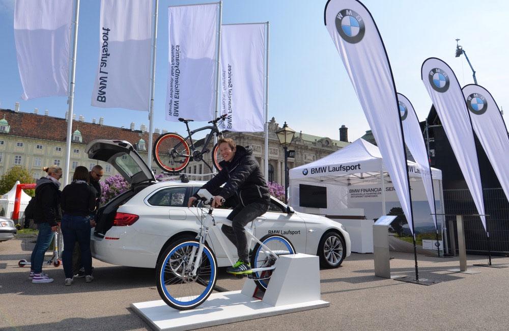04-BMW-laufsport-fahrrad-simulator-fahnen-auto-obu