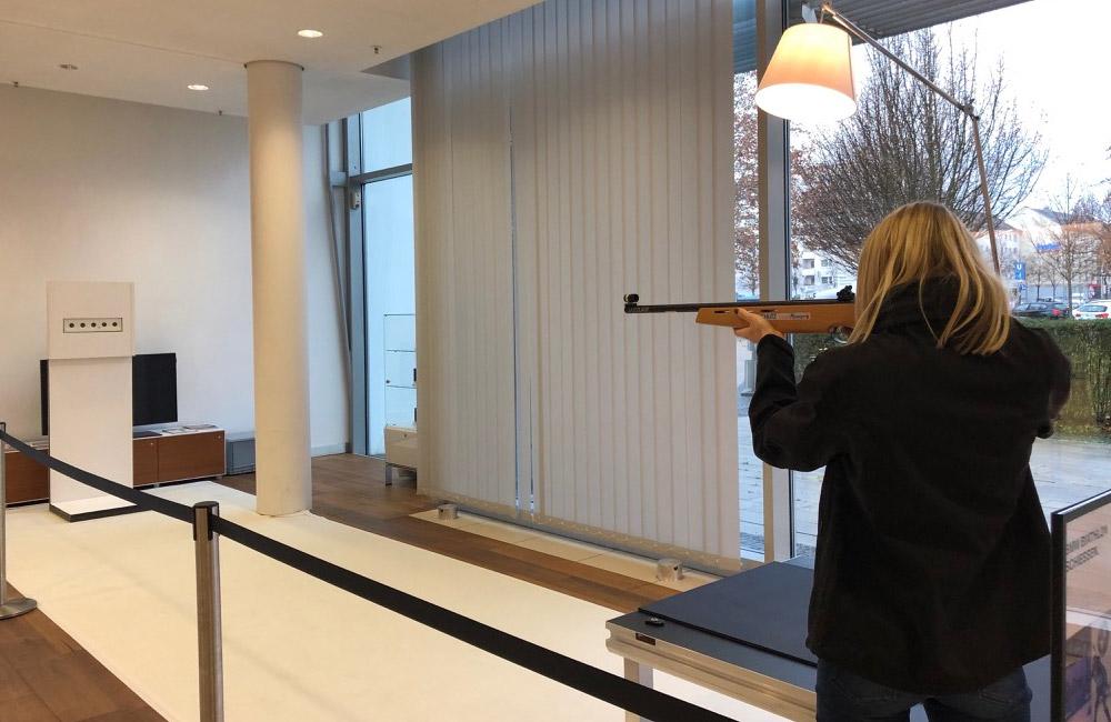 frau-schiesst-mit-lasergewehr-auf-biathlon-scheiben
