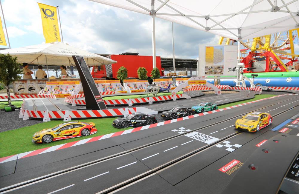 carrerabahn-rennbahn-strecke-mit-gelben-autos