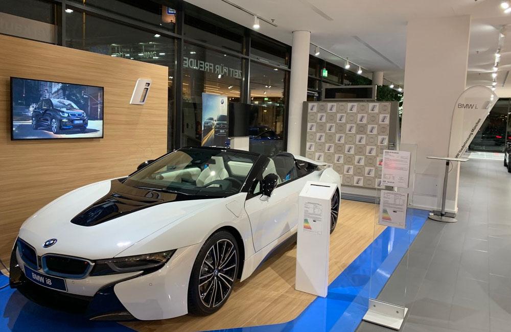 setup-touch-wall-neben-bmw-cabrio-im-autohaus