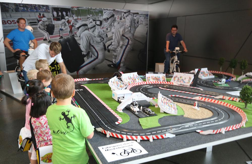 carrerabahn-rennbahn-mit-spielern-und-zuschauern
