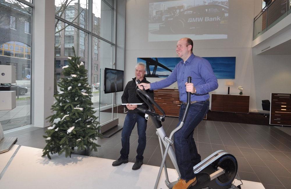 mann-macht-sport-auf-crosstrainer-als-ausdauer-disziplin-beim-biathlon