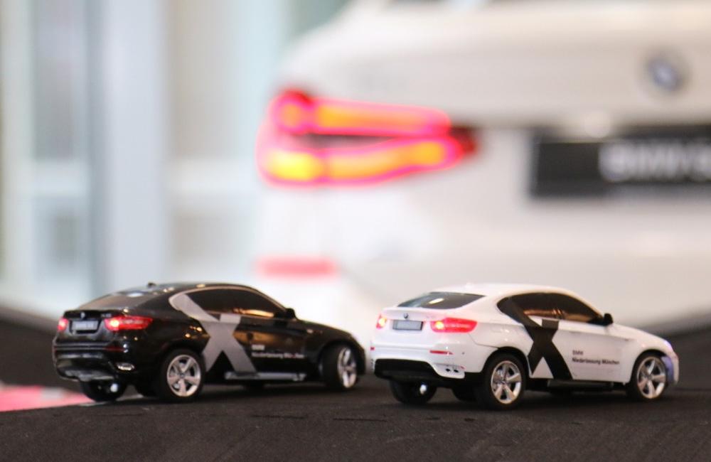 zwei-bmw-autos-auf-rennbahn