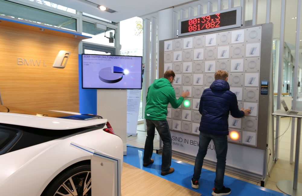 zwei-maenner-spielen-an-touch-wall-neben-einem-auto