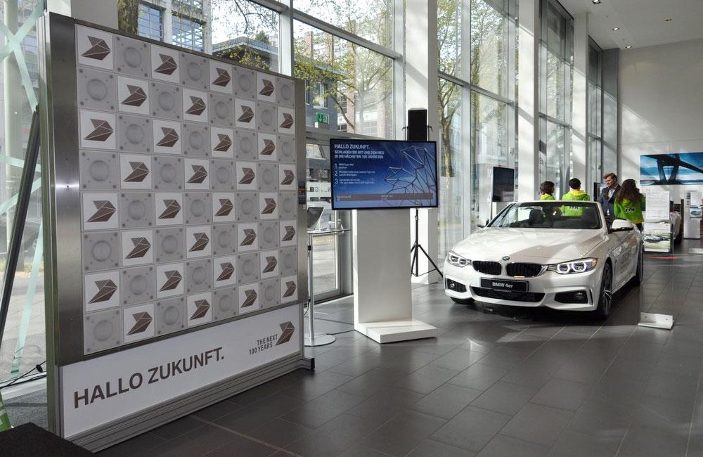 setup-reaktionswand-und-bildschirm-im-autohaus