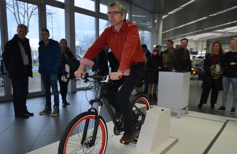 mann-faehrt-auf-fahrrad-simulator-auf-event