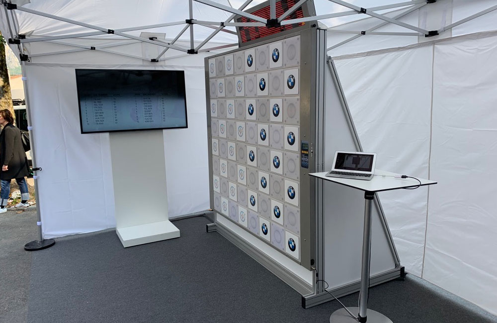 touch-wall-bildschirm-und-stehtisch-im-zelt