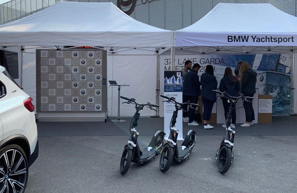 e-scooter-und-touch-wall-im-zelt-auf-bmw-yachtsport-event