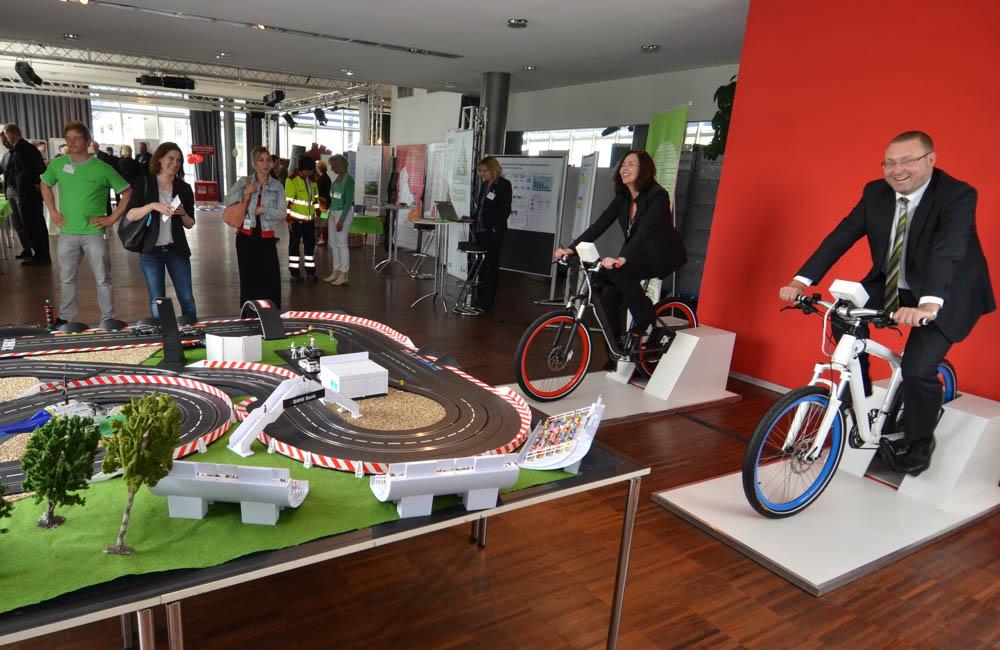 zwei-mitarbeiter-auf-bikes-zum-antrieb-einer-carrerabahn