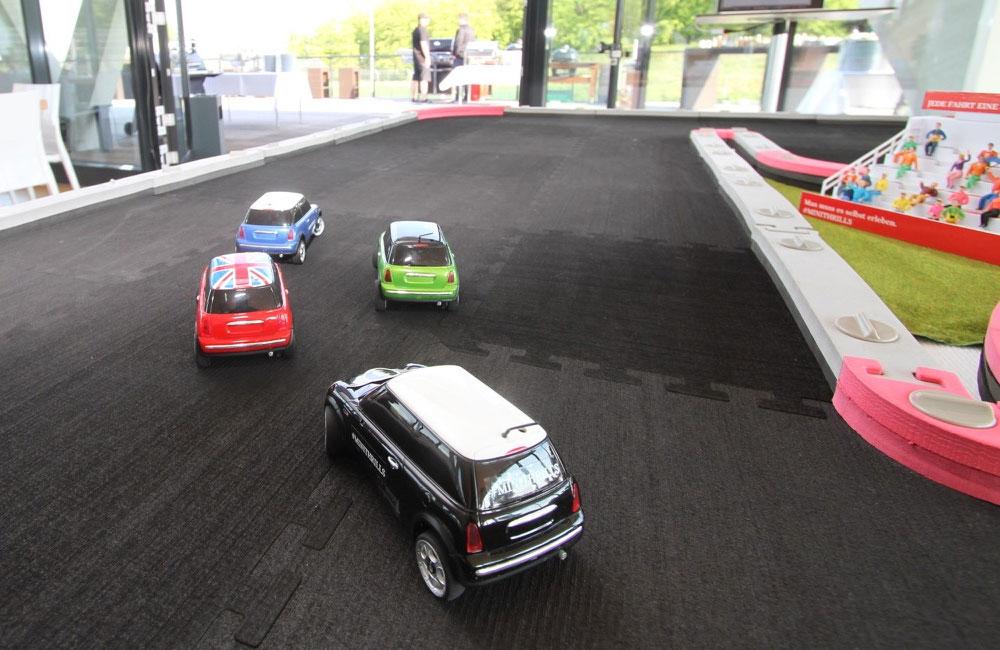 vier-mini-autos-fahren-auf-rennbahn