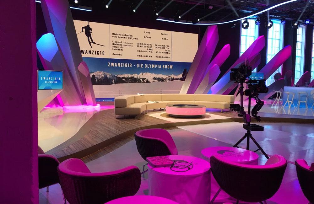 leeres-fernseh-studio-mit-couch-und-kamera