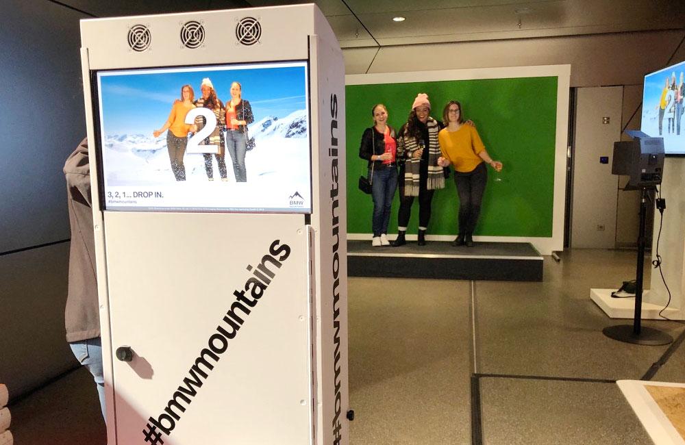fotoautomat-fotografiert-drei-teilnehmerinnen-vor-greenscreen