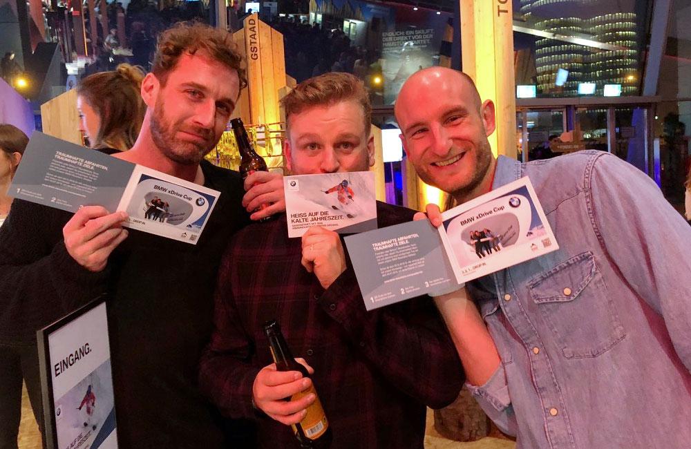 drei-maenner-zeigen-ihre-klappkarten-mit-fotoausdrucken
