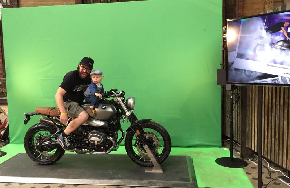 vater-und-kleinkind-auf-motorrad-vor-greenscreen