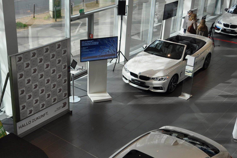 draufsicht-touch-wall-bildschirm-und-bmw-auto