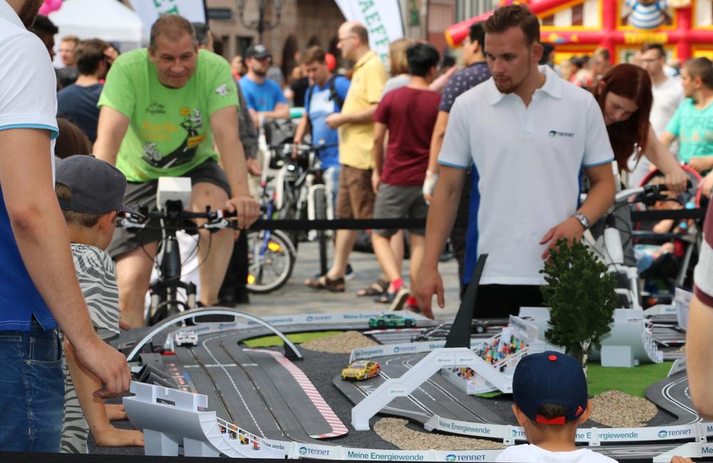 fahrradangetriebene-carrerabahn-event-mit-zuschauern-und-promoter