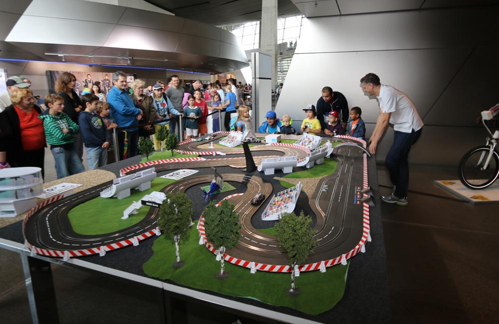 carrerabahn-setup-mit-zuschauern