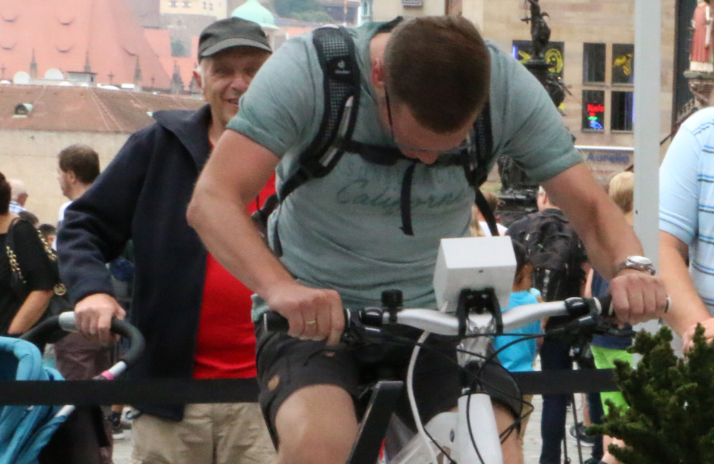 mann-auf-bike-simulator