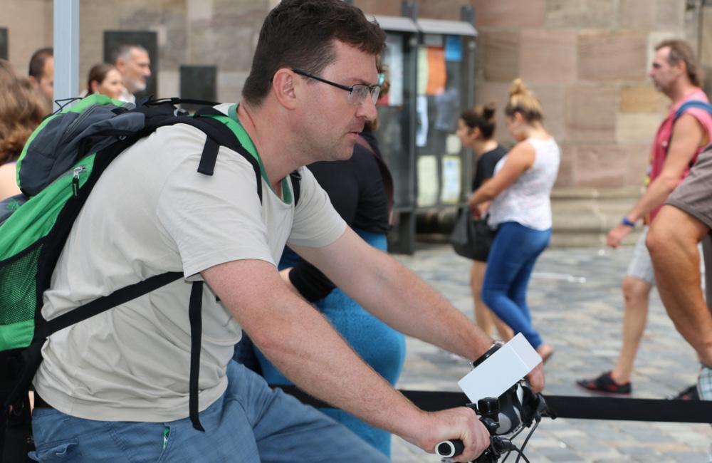 mann-auf-fahrrad-simulator