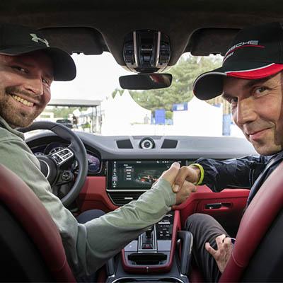 handshake-von-zwei-maennern-im-auto